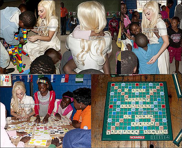 _  01/12/12 - Lady Gaga entrain de rendre visite à des enfants dans une école primaire à Naledi.  _