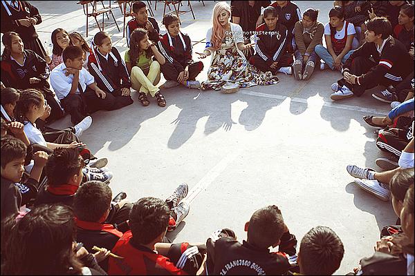 _   Gaga continue encore les actes de bienfaisances et se met en aide en s'associant avec L'UNICEF.  _