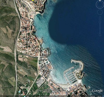 Vue satellite du port de Llança, Costa brava. Avec au dessus de la photo, la plage de Grifeu.