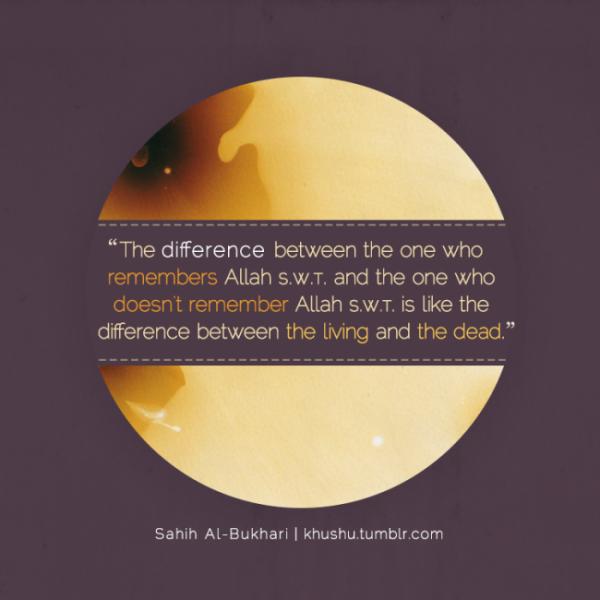 Le Messager d'Allâh salla Allah alyhi wa salam dit : « La différence entre celui qui invoque son Seigneur et celui qui ne l'invoque pas est comme la différence entre le vivant et le mort. »