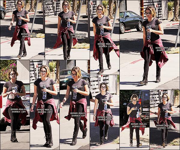 * 19/10/13 : Ashley  a été aperçue téléphone en main   se balladant en pleine après midi ensolleilé a   Los Angeles.   Dans un style assez négligé mais qui lui va bien Ashley a mis quand même de la couleur enfin un peu il ne faut pas trop en demandé ! *