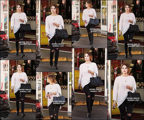* 14/01/14 : Ashley  a été aperçu  après avoir fait ses courses toute seule dans un    supermarket     a  Los Angeles.  J'adère totalement pour le haut d'Ashley elle est juste magnifique en fait j'aime bien  sa tenue qui lui va a ravir je trouve. Un jolie TOP   ! *