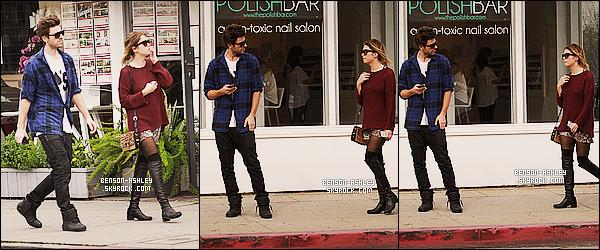 * 15/02/14 : Ashley a été aperçu en pleine promenade en compagnie de   Ryan  Good  dans     West Hollywood.  Une tenue un peu dans les tons foncé mais coloré tout de même pour Ashley sa fait plaisir mais elle semble être vraiment très fatigué ! *