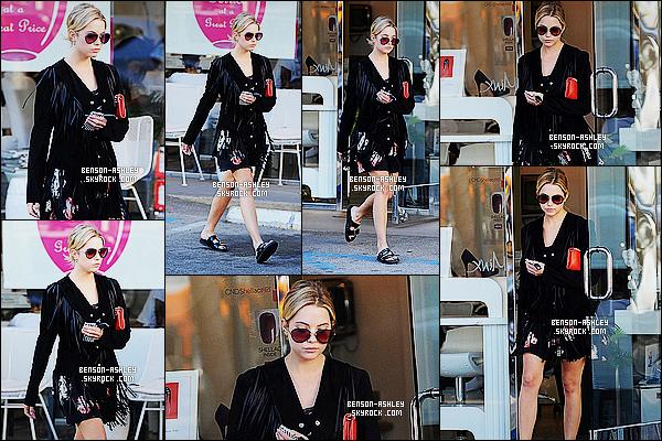 * 04/11/14 : Ashley a été aperçue seule au moment où elle sortait d'un    salon de beauté    situé à   Los Angeles.  Malgré une tenue noire, Ashley est quand même jolie, j'aime bien sa robe tout comme sa veste. Seule les chaussures sont pas jolie    ! *
