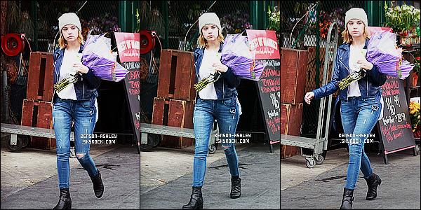 * 11/11/14 : Ashley a été aperçu seule entrain d'acheter des fleurs chez un    Fleuriste    qui est situé à   Los Angeles.  Un style street pour Ashley que j'aime vraiment. Ce style lui va bien  et nous ne sommes pas dans l'éternel  noir comme a son habitude  ! *