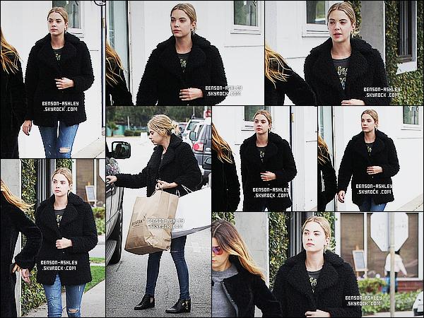 * 11/12/14 : Ashley a été aperçue en compagnie d'une amie en pleine séance    shopping    dans  West Hollywood. Je n'aime pas trop la tenue proposé par Ashley. Je n'aime ni le jean troué, ni son manteau puis elle semble fatiguée c'est donc un flop   ! *