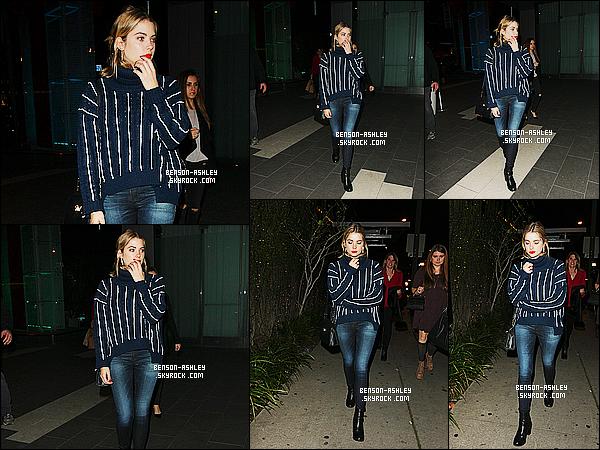 * 23/12/14 : Ashley a été aperçue  seule au moment ou elle quittait le restaurant  le    BOA    situé à  West Hollywood. J'aime le partie pris par Ashley, avoir choisis du foncé sans pour autant  nous mettre son éternel noir. J'aime  la tenue, c'est un jolie TOP    ! *