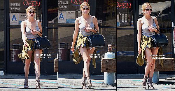 * 26/03/15 : Ashley a été aperçu seule encore avec un café frappé entre les mains qu'elle a acheté à          Los Angeles. J'aime bien le style de la tenue   d'Ashley mais je n'aime pas le haut  choisit. Après j'aime le fait qu'elle ne soit pas  tout en noir c'est plaisant     ! *