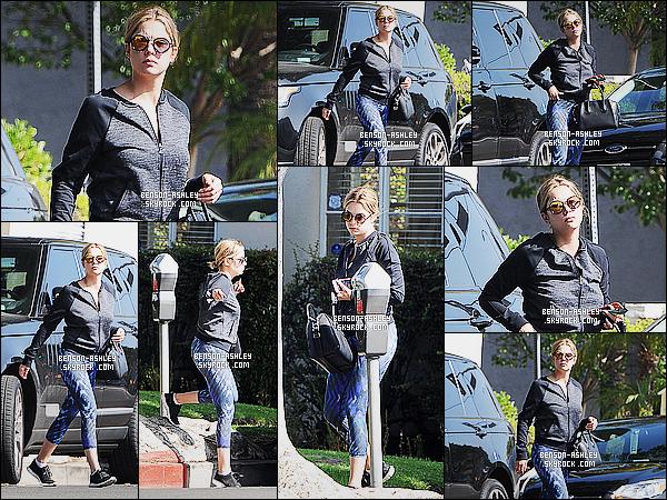 * 17/06/15 : Ashley a été aperçu seule en pleine      sortie, peut-être pour du sport  dans les rues de Los Angeles. Je n'aime pas la tenue  d'Ashley et surtout son legging de plusieurs couleurs. Je n'aime pas non plus ses lunettes de soleil, c'est  un flop    ! *