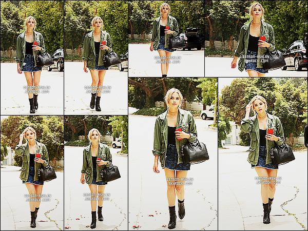 * 24/06/15 :* Ashley a été aperçu accompagnée,  cette fois ci de    promenade   dans les rues de Beverly Hills. J'aime vraiment beaucoup la tenue d'Ashley pour le coup. Je trouve que l'ensemble est assez harmonieux et change de l'éternel noir    ! *