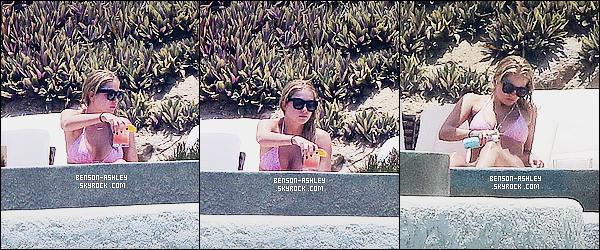 * 04/07/15 :* Ashley a été aperçu pendant une séance bronzage près d'une   piscine   qui se trouve  au Mexique. Ashley s'était offert quelques vacances tranquillement. J'aime  son maillot de bain, j'aime bien la couleur cela change de l'éternel noir   ! *
