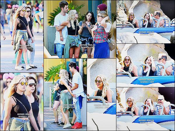 * 05/07/15 : Ashley a été aperçu en compagnie de sa famille de sortie à      Disneyland situé dans Anaheim, CA. Ashley a choisit de mettre une tenue décontracté pour profiter tranquillement de sa journée avec sa famille. On peut attribuer un TOP    ! *