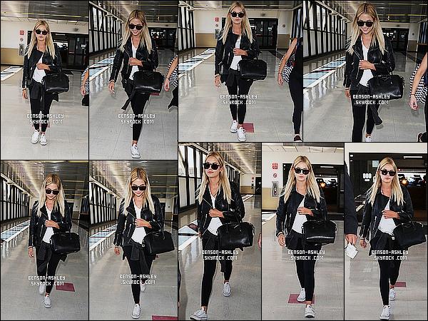 * 22/07/15 : Ashley a été aperçu accompagné d'une amie probablement à l'aéroport      LAX qui est à Los Angeles. La couleur préférée   d'Ashley est de retour le noir. Mais j'aime bien sa lui va toujours. J'aime bien ses cheveux, on peut donc dire TOP    ! *