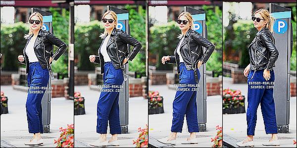 * 25/07/15 : Ashley a été aperçu seule puis accompagné de certain fan de sortie dans les rues de        New York City. Je n'aime pas du tout la tenue montrer par  Ashley, elle ne lui va pas du tout en particulier son pantalon. Donc c'est un véritable FLOP ! *