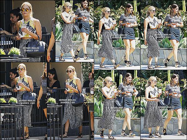 * 01/08/15 : Ashley a été aperçu en compagnie d'une amie après avoir été se chercher un     café  dans Los Angeles. J'aime bien la tenue d'Ashley. Ce n'est pas le genre de vêtement que j'aime particulierement mais je trouve que l'ensemble va bien, TOP   ! *