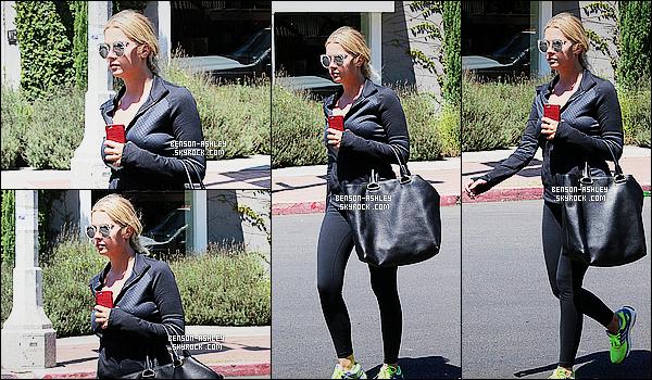 * 13/08/15 : Ashley a été aperçu seule dehors probablement après une séance de     sport   situé dans Los Angeles. Ashley a décidé de s'offrir une petite récompense après une bonne séance de sport un café glacé comme elle aime. J'aime bien son sac  ! *