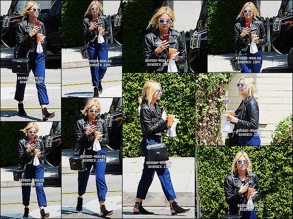 * 20/08/15 : Ashley a été aperçu seule, téléphone en main entrain et avec un café glacé        situé dans  Beverly Hills. Le haut de la tenue d'Ashley est plutôt bien par contre son pantalon est juste affreux je n'aime pas ça gâche l'ensemble de sa tenue BOF  ! *