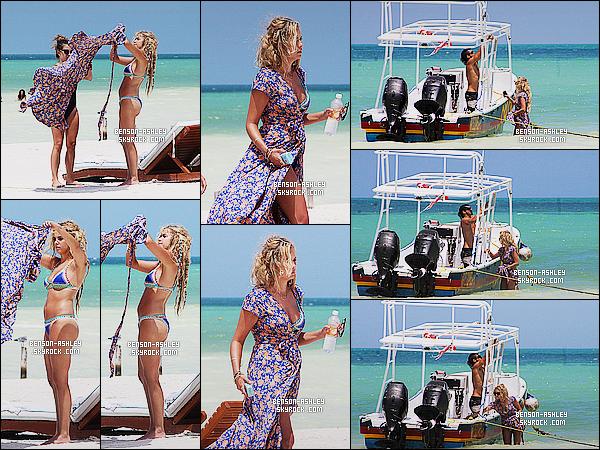 * 08/09/15 : Ashley a été aperçu accompagné d'une de ses amies sur une jolie  plage   qui est situé dans Mexico. Ashley nous a sortie un jolie maillot deux pièces  qui lui va bien même si ce n'est pas  mon style. Par contre ses cheveux je n'aime pas  ! *