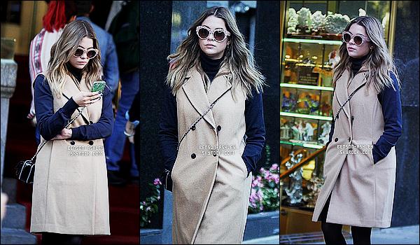* 10/10/15 : Ashley a été aperçu en compagnie son téléphone dans    Manhattan   qui est situé à  New York City. Un jolie manteau pour Ashley par contre ses lunettes j'aime pas vraiment après cela dépend des gouts de chacun mais l'ensemble TOP ! *