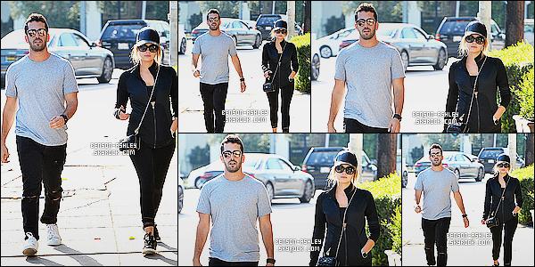 * 21/10/15 : Ashley a été aperçu accompagné d'un ami, entrain de faire du   shopping   dans les rues de  Melrose. Je n'apprécie pas la tenue d'Ashley. Il y a beaucoup trop de noir puis on dirait qu'elle part faire son sport donc cela ne va pas du tout  ! *
