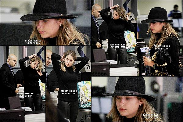 * 23/10/15 : Ashley a été aperçu, seule dans l'aéroport    LAX   pour prendre l'avion direction l'Italie à  Los Angeles. Encore une tenue toute noire pour Ashley ce n'est plus possible. Même si il y a ce manteau type leopard voila il y a un  excès de noir  ! *