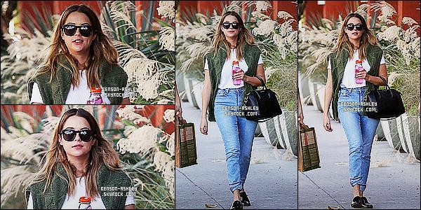 * 30/10/15 : Ashley a été aperçu avec un autre de ses amis à la sortie du  Erewhon Market   situé à    Los Angeles.  Ashley était également en compagnie de sa soeur pour faire quelques emplettes. J'aime sa tenue qui n'est pas un total look noir un  TOP  ! *