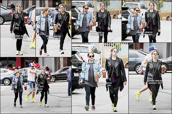 * 02/11/15 : Ashley a été aperçu en compagnie d'une amie en terrasse d'un   café   se trouvant  dans   Hollywood.  Ashley nous présente une tenue noire avec des baskets fluots plutôt utiles pour le sport donc je trouve l'ensemble pas très harmonieux   ! *