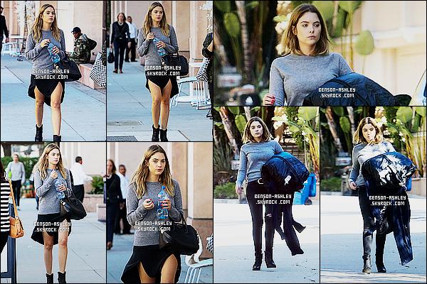 * 11/11/15 : Ashley a été aperçu seule, une bouteille à la main, marchant dans les rues       situé dans  Los Angeles.  Ashley a  deux bas différents. Je trouve qu'elle est  plus jolie avec sa jupe qu'avec son pantalon qui s'accorde mieux avec son haut  ! *