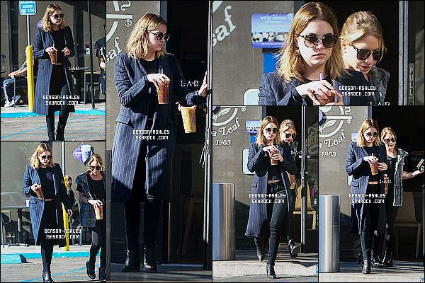 * 20/11/15 : Ashley a été aperçu seule après avoir été se chercher un café au   Coffee Bean   qui est  à  Los Angeles.  Ashley est une nouvelle fois habillé tout en noire avec un long manteau bleu que je trouve pas très jolie, il casse le look c'est un FLOP ! *