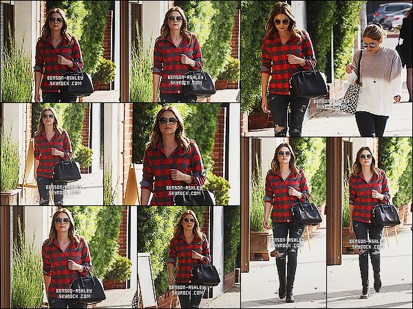 * 08/12/15 : Ashley a été aperçu en compagnie d'une amie entrain de se balader     dans les rues de  Beverly Hills.  Ashley a mit une jolie chemise a carreau qui lui va très bien avec un jolie jean noir la seule chose qui dérange sont les trous  présents  ! *