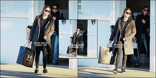 * 14/12/15 : Ashley a été aperçu en compagnie d'une amie entrain de faire du   shopping     situé à   Los Angeles.  Ashley nous a sortie un leggins avec des baskets accompagnés d'un long manteau noir et un simple tee-shirt et c'est plutôt un BOF ! *