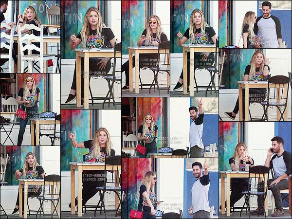* 17/02/16 : Ashley a été aperçu accompagné d'un ami à la terrasse d'un      café     qui se situe  dans  West Hollywood.    Ashley avait prévu de seulement voir son ami et pour cela sa tenue n'est pas exceptionnelle mais elle n'est pas affreuse non plus  -    BOF    ! *