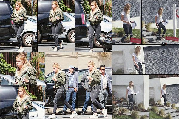 * 06/03/16 : Ashley a été aperçu  lorsqu'elle était a la recherche d'une   maison          dans les rues de  West Hollywood.  Ashley a une tenue simple encore  mais  assez sympa en même temps elle cherchait a être a l'aise pour rechercher une  maison -  un  TOP    ! *