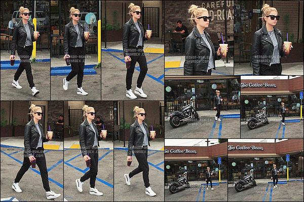 * 25/05/16 : Ashley a été aperçu seule, café en main lorsqu'elle quittait le     Coffee Bean      situé dans          Los Angeles.  Une tenue noire pour Ashley mais celle ci est mélangé a du blanc et a du gris et le mélange est  réussis vu qu'elles vont bien -   c'est TOP    ! *