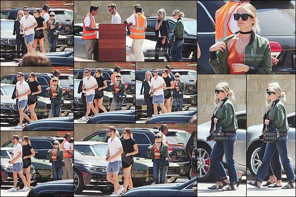 * 29/05/16 : Ashley a été aperçu accompagné de quelques un de ses amis sur un      parking    qui est  situé à          Malibu.  Côté tenue, je n'aime pas du tout la tenue d'Ashley je ne trouve pas que toute ses couleurs s'assemblent les une aux autres  -    un FLOP    ! *