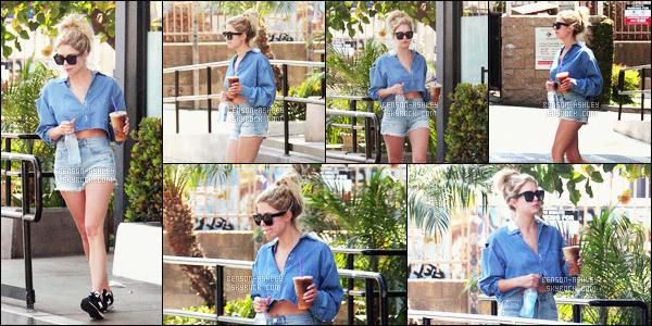 * 01/07/16 : Ashley a été aperçu allant se chercher de l'eau et un café glacé pour se rafraichir          dans        Los Angeles.  Ashley a une tenue très simple mais vraiment sympa, j'aime beaucoup ce short lui va super bien et j'aime aussi le haut -  c'est un TOP    ! *