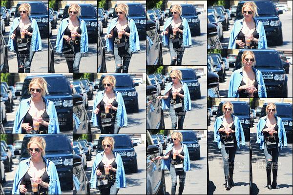 * 19/07/16 : Ashley a été aperçu se chercher un petit      café glacé    dont elle raffole  situé dans    -   West Hollywood.  Ashley porte une tenue foncée avec une veste bleu ce qui permet de rendre mieux sa tenue un peu trop sombre  -  c'est  un petit TOP  !   *