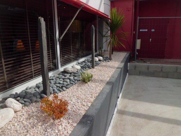 aménagement d'une jardinière au restaurant POIVRE ROUGE (restaumarché) à Rochefort