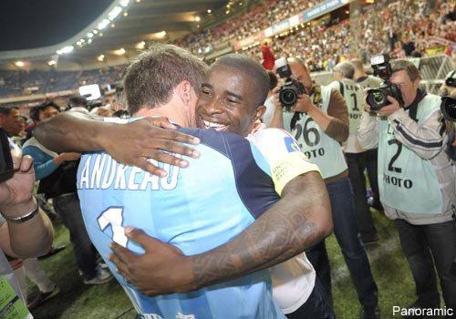 <3 Scène de joie avec le capitaine Rio Mavuba. Mickaël vient de décrocher son deuxième titre de Champion de France ! <3