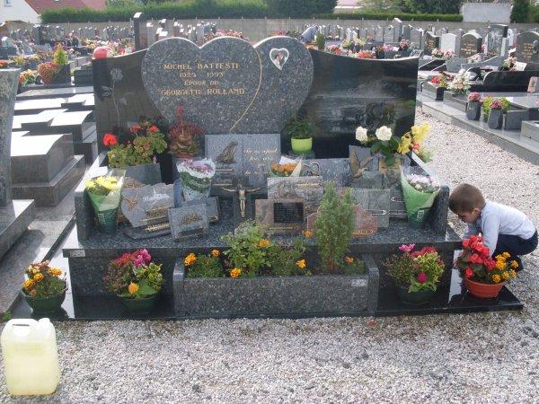 noah sur la tombe de sa mamie qui lui manque