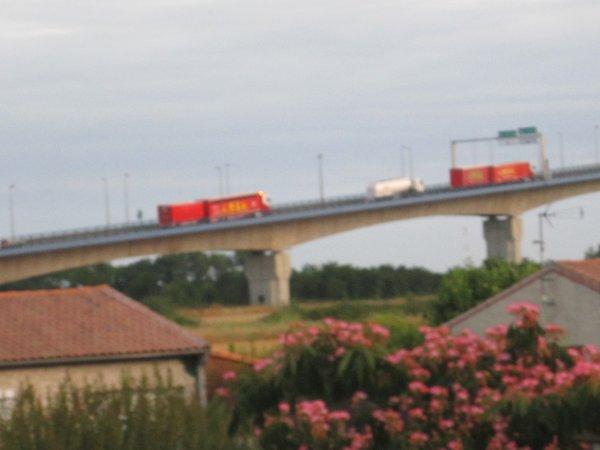 passage des convois du Cirque Amar sur le pont du martrou de Rocchefort sur mer !