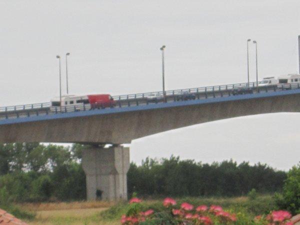 passage des convois du cirque Maxuimum sur le pont de martrou a Rochefort sur mer