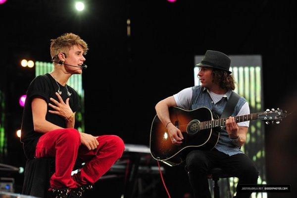 je suis une fan de Justin bieber et pas une des la sortie de son Album ?mais une qui l'a découverte sur internet alors qu'il n'était pas connu