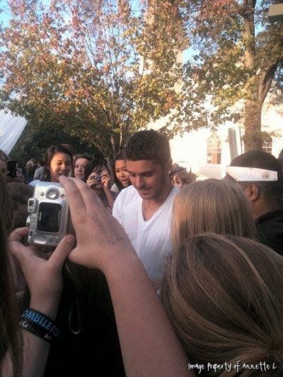 """Bonjour tout le monde :) Voici des photos de Zac sur le set de """"The Lucky One"""" , on peut le voir signant des autographes ainsi que poser avec des fans. Mon dieu que j'aurai aimé être à leur place ;)"""