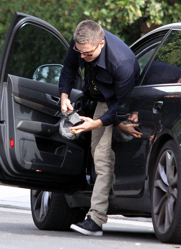 Hier (11 janvier) Zac a été vu sortir de sa voiture pour un Rendez Vous à Los Angeles. En ce moment les paparazzis ne lui font pas de cadeau