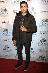 Toujours hier, Zac s'est rendu au  H.O.M.E. Foundation's STIKS Celebrity Video Game Challenge qui consiste a jouer aux jeux vidéos entres célébrités