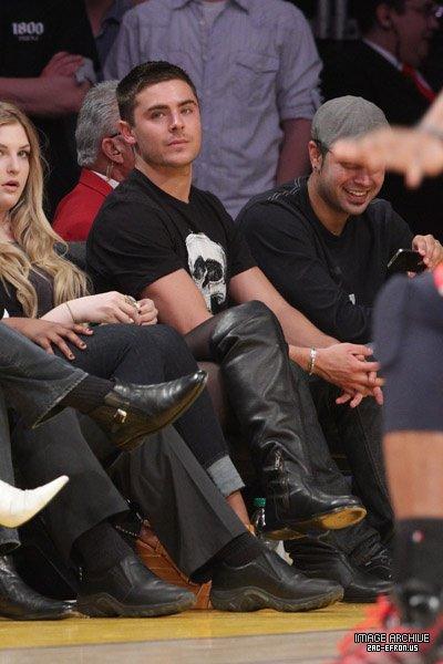 Hello guys! Zac a été vu reagardant le match de basketball à Los Angeles le 14 janvier dernier! Toujours aussi fan de basket celui là! :p