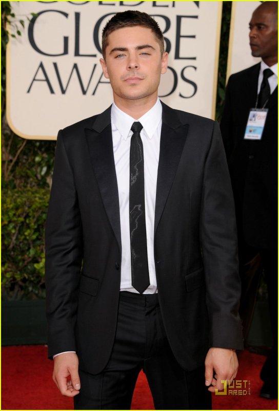 Hey! Dsl de ne pas avoir mis les pics de Zac aux Golden Globes avant cause ---> school :p Mais les voici !!!! Il est toujours aussi beau !