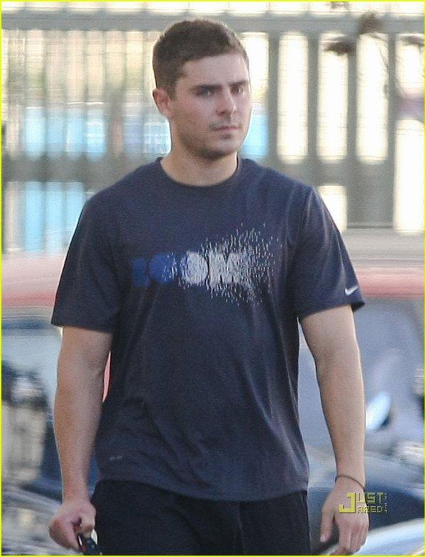 """Hello tout le monde !!!!! J'espère que vous passez tous un bon mercredi! Alors, Zac a été vu à Los Angeles ce jour (19/01/11) . Il est habillé en tenue de sport, il va certainement faire du l'exercice apres avoir pris ces 8 kilos en jouant dans """"The Lucky One"""".                                       Bisous à tous!!!!!!"""