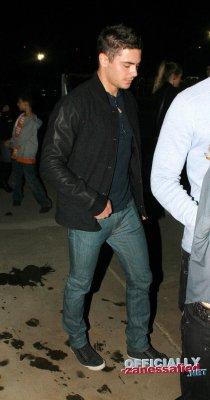 Hello! Zac a été sortant d'un concert dans Beverly Hills vendredi 28 janvier!!! Notre Zac fait un tête triste vous ne trouvez pas? :(